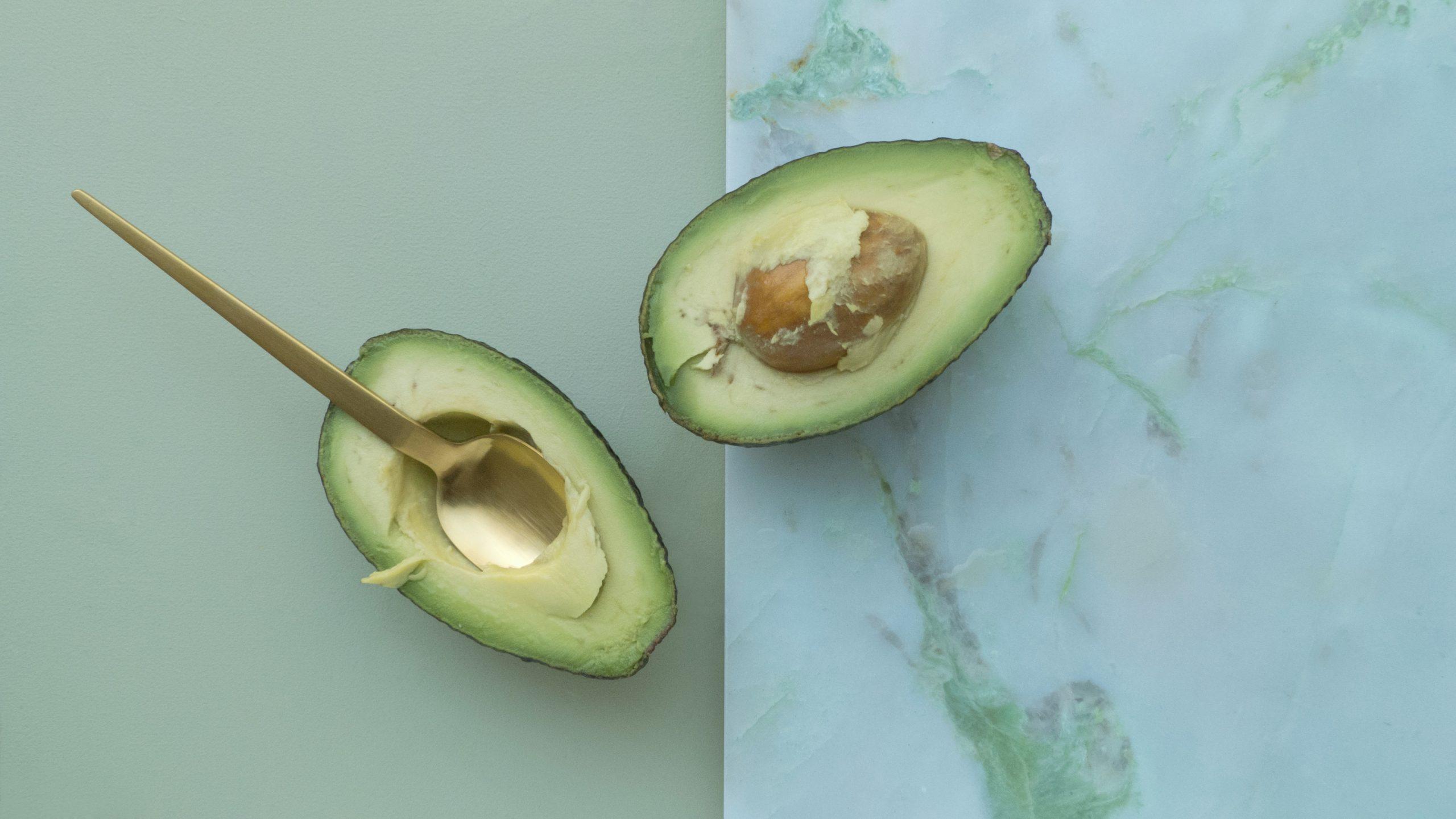 yüksek yağ içeren avokado ketojenik beslenmede çokça tercih edilir.