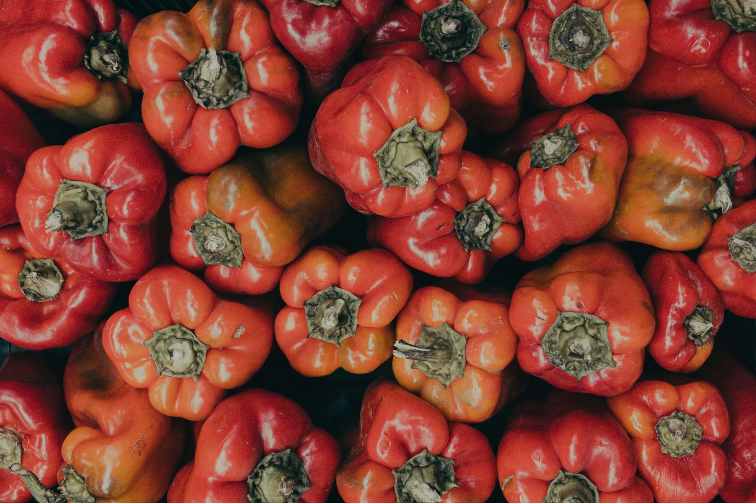 Pestisitsiz tarıma dikkat çekmek için doğal biber görseli